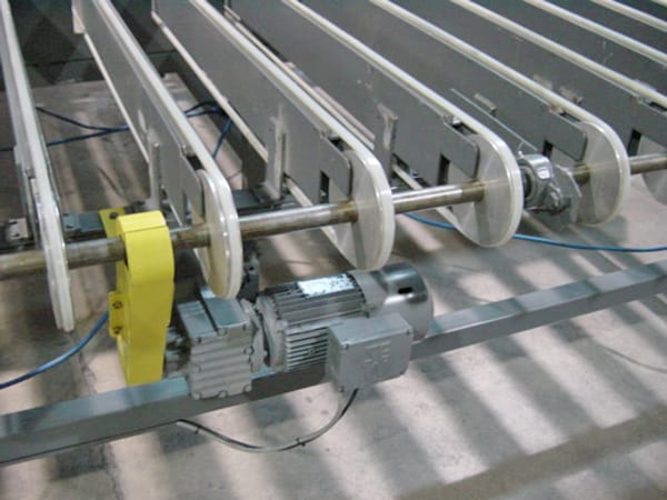 Outfeed conveyor from hot-cold veneer press