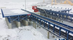 Log infeed system - log deck for pulp mills and paper mills and sawmills